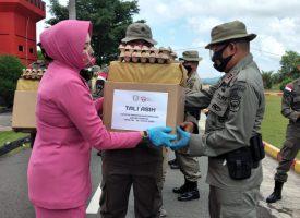 Ketua Pengurus Cabang Bhayangkari Satbrimobda Kepri Ny. Ucha Rendra menyerahkan tali asih kepada keluarga personel Brimob yang sedang bertugas di Papua, Rabu (30/9/2020). (Photo: istimewa)