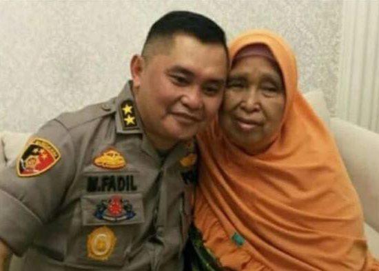 Kapolda Metro Jaya Irjen Pol Fadil Imran M.Si foto bersama ibunda tercinta   Foto: Istimewa