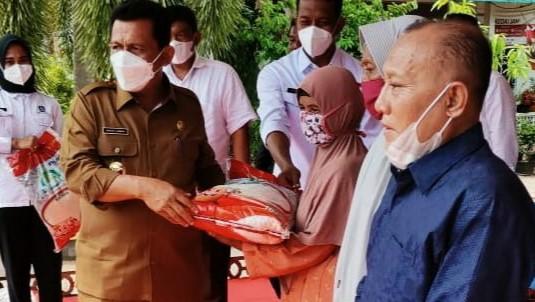 Gubernur Provinsi Kepri, Ansar Ahmad, menyerahkan secara simbolis bantuan beras sebanyak satu ton dari anggota DPRD Kepri, Kamarudin Ali, Selasa (6/4/2021). (Foto: Istimewa)