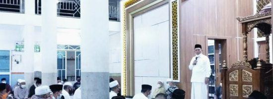 Gubernur Provinsi Kepri, Ansar Ahmad, saat menyampaikan kuliah subuh di Masjid Sirajul Huda, Kampung Telek Tanjung Harapan, Dabo Singkep, Kabupaten Lingga, Sabtu (17/4/2021). (Foto: Istimewa)
