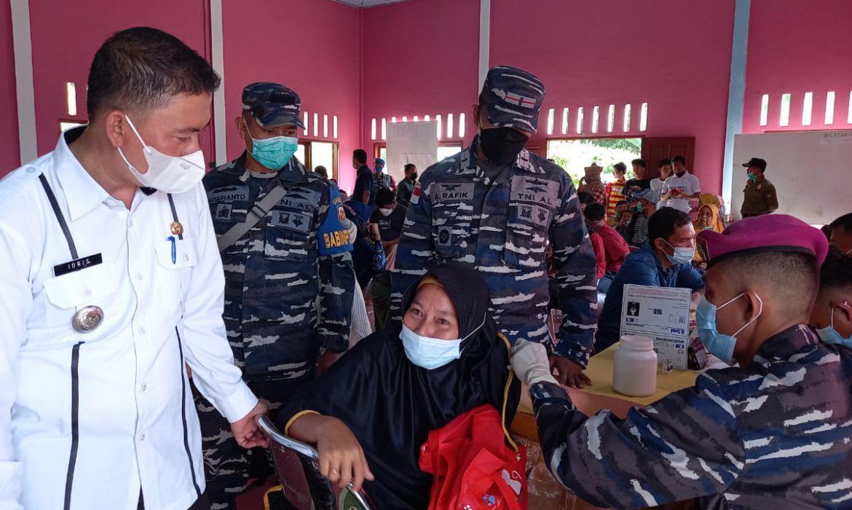 Di Pulau Terpencil TNI AL Ranai Bantu Pelaksanaan Vaksin COVID-19