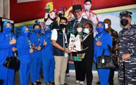 Menparekraf Tinjau Serbuan Vaksinasi TNI AL di Jayapura