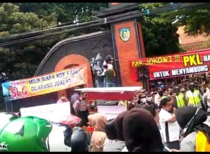 Tuntut Pemkab Buka PKL SLG, Sejumlah LSM dan ABS Kediri Gelar Demo